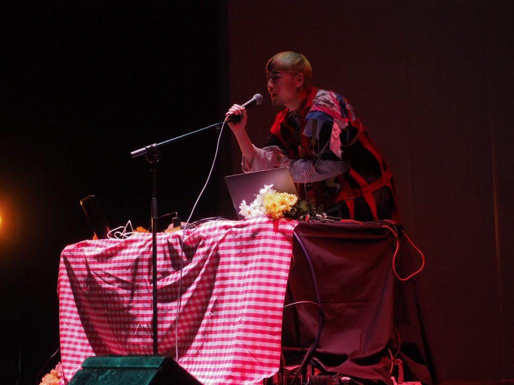 Chenta Tsai hablando al público del Teatro La Latina